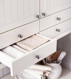 Белые выдвижные ящики и двери шкафов ИКЕА над кухонной столешницей