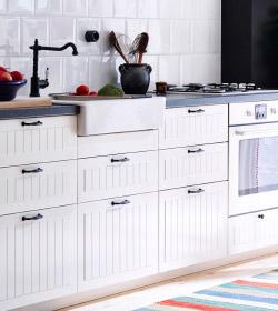 Напольные кухонные шкафы ИКЕА. Виден смеситель и духовка с варочной панелью.